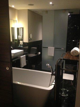 Le Meridien Bangkok: spacious bathroom