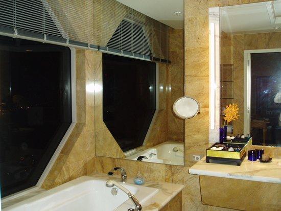 The Ritz-Carlton, Millenia Singapore: バスタブ