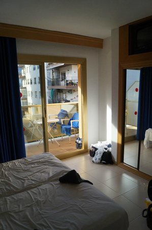Hotel Bon Repos: No net curtain - Room 303