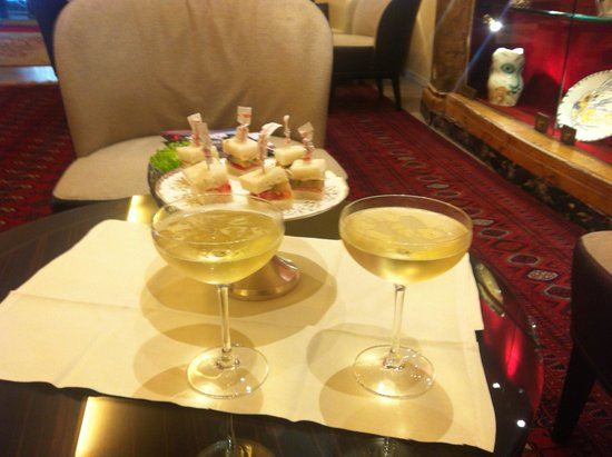 Hotel Raphael - Relais Chateaux: Welcome drink & canapes