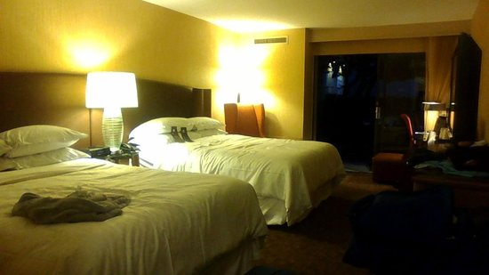 Sheraton Vancouver Airport Hotel: Room 134, Ground Floor, Facing Court Yard