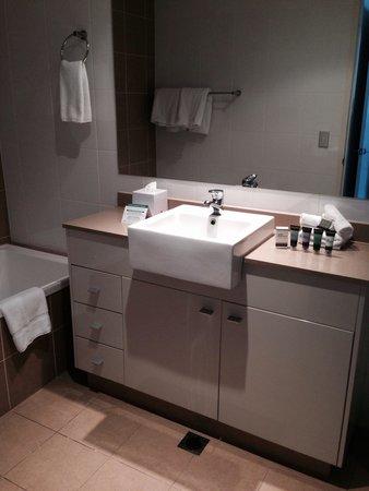 Meriton Serviced Apartments - Broadbeach: Bathroom 1