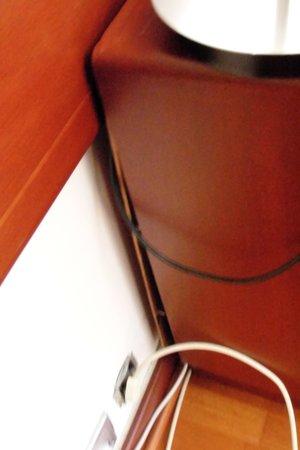 Holiday Inn Lisbon - Continental : Rückwand Wohnzimmer-Anrichte