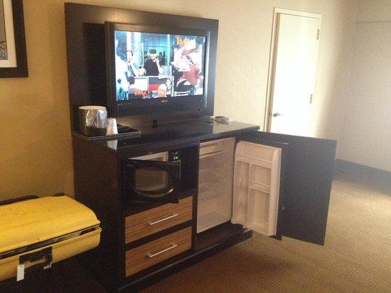 Best Western Plus Newark Airport West : TV Microwave fridge