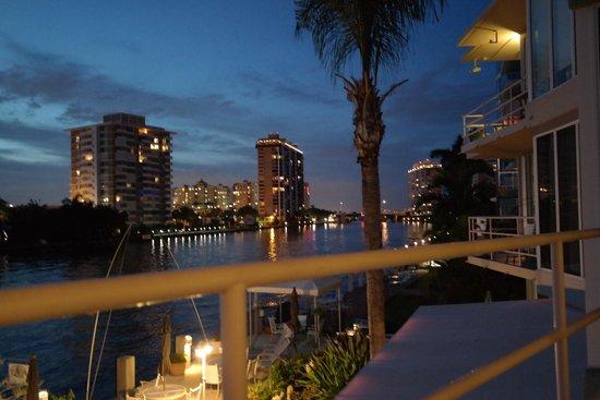 Manhattan Tower Apartment Hotel: Vy över kanalen