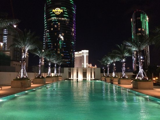 Grand Hyatt Macau: Pool close at 22:00