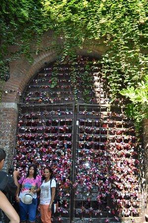 Casa di Giulietta: I lucchetti sul portone