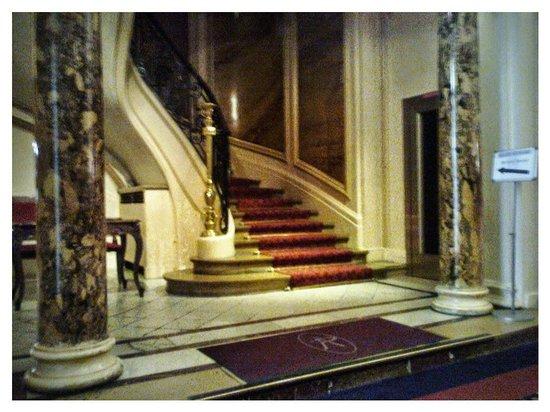 Normandy Hotel: Главная лестница отеля