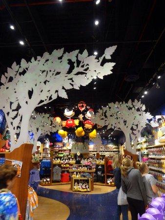 Disney Store: 夜遅くまで…