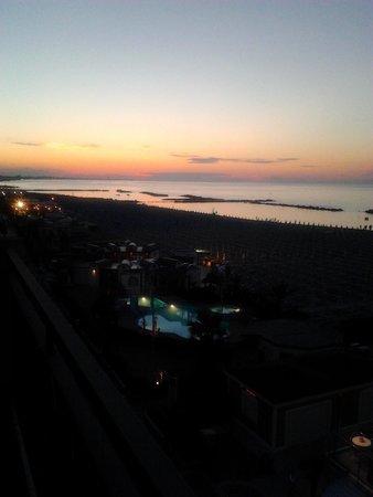 Hotel Belsoggiorno: panorama stanza fronte mare sera