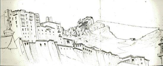 Leh View Restaurant: La citadelle et le monastère croqués de la terrasse du Leh View