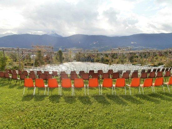 Giardino della Rosa: Veduta, palco all'aperto e sedie