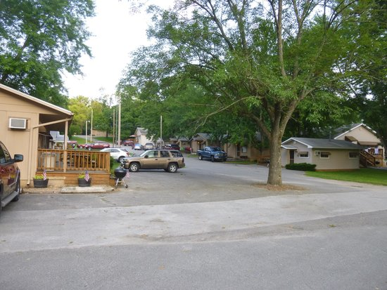 Cooper Creek Resort and RV Park: Rows of cabins