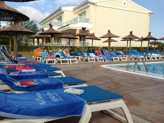 Insotel Cala Mandia Resort & Spa: 10:15 am pools open so where are the people who reserved the beds