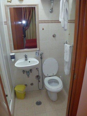Hotel Maryelen: Baño