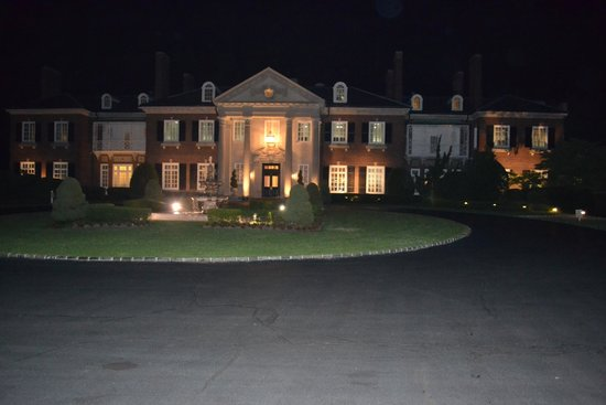 Glen Cove Mansion and Conference Center: Night shot of manison