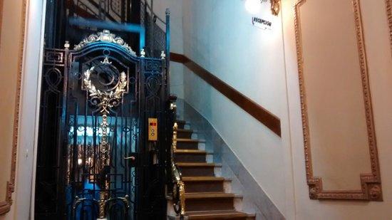 Hotel Palacio: Escadaria e elevador de época.