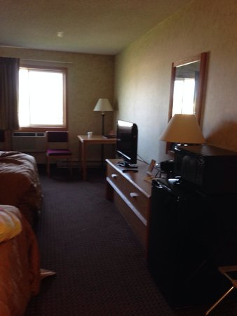 Baymont Inn & Suites Marinette: Hotel room, with refrigerator