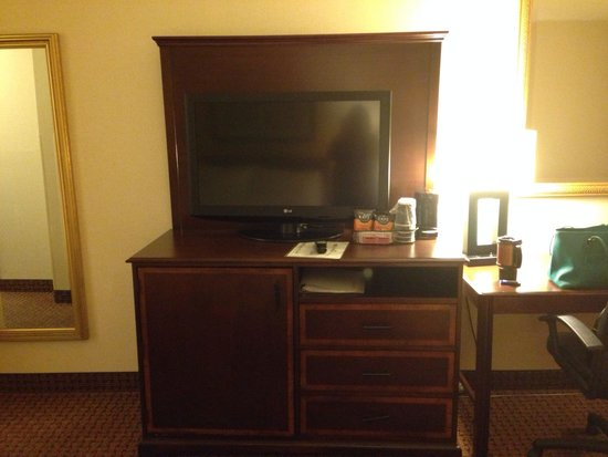 Holiday Inn Washington DC - Central / White House: TV/desk area with full length mirror opposite beds
