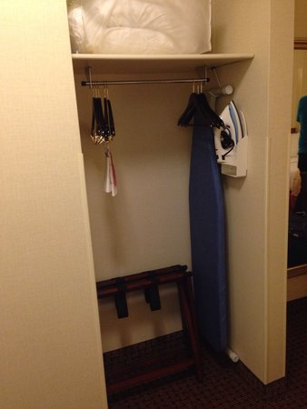 Holiday Inn Washington DC - Central / White House: Small closet area right inside of the door, opposite the bathroom
