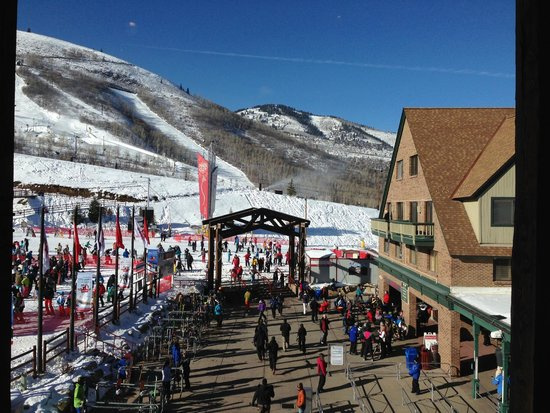 Park City Mountain Resort : view from the restaurant to the main entrance to te slopes.