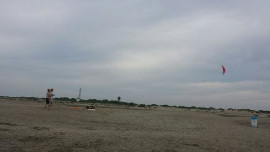 Espiguette Beach: Une journée un peu couverte.  Serf volant  et planche