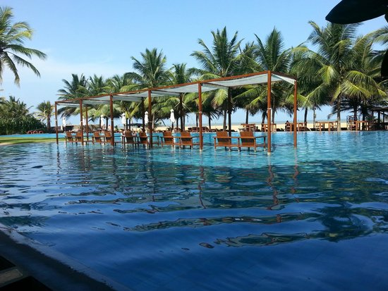 Jetwing Blue : Pool and beach front