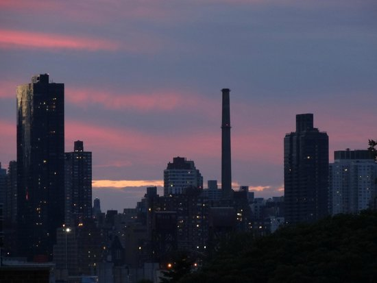 Hotel Vetiver : A zoomed in sunset of Manhattan