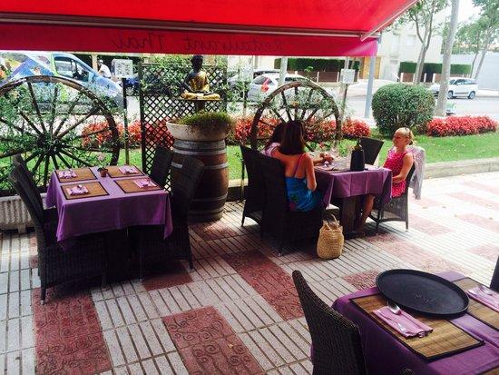 Tilak Restaurant: Summer seating...