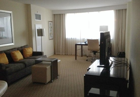 Hilton Miami Airport: Living Area & Workspace
