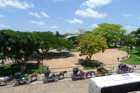 Izamal  Ruins: Vista de la plaza. A lo lejos una pirámide