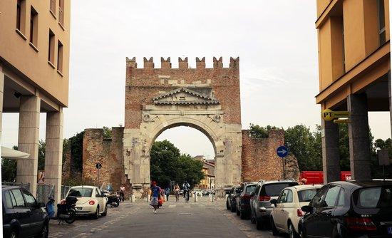 Arco d'Augusto: Арка Августа, вписанная в современный городской пейзаж