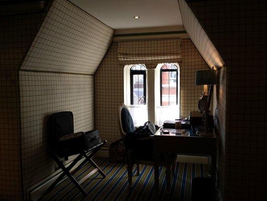 The Milestone Hotel : cheeky annex to the window