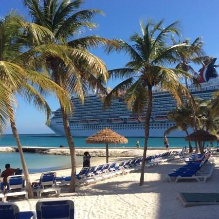 Renaissance Aruba Resort & Casino: vaargeul naast het hotel, fantastisch die cruise schepen
