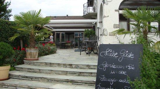 Hotel Restaurant Chartreuse: Eingang zur Terrasse
