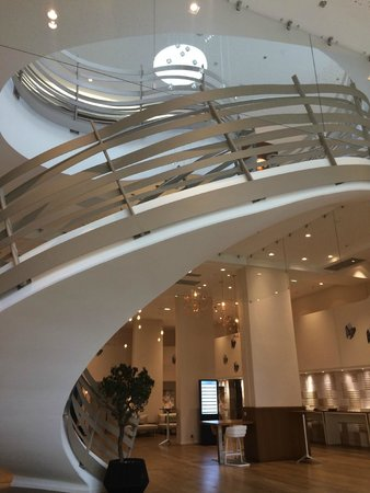 Renaissance Aix-en-Provence Hotel : Stairs from lobby level.