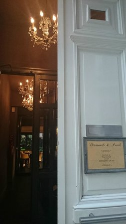 Hotel Diamonds And Pearls: Entrance