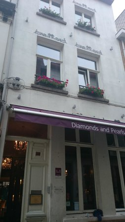 Hotel Diamonds And Pearls: Front of hotel