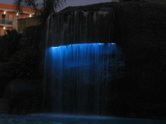 Hotel Papi: Waterval bij het zwembad
