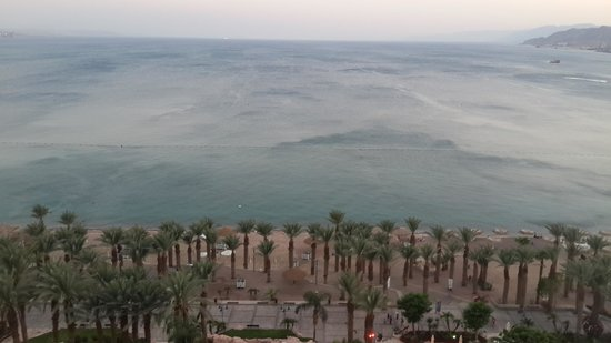 Dan Eilat : South view of the hotel's beach