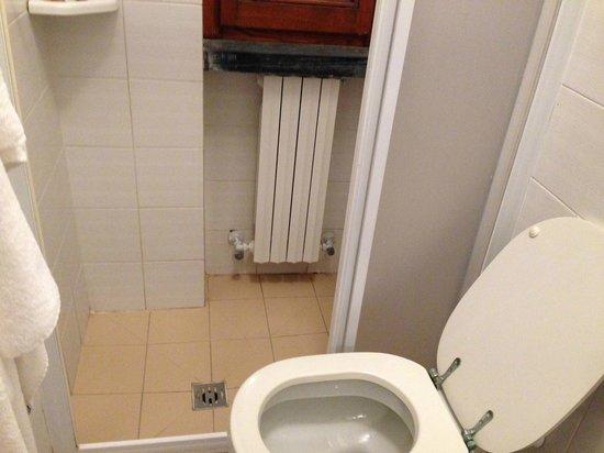 calorifero e finestra nella doccia - Foto di Hotel Ristorante ...