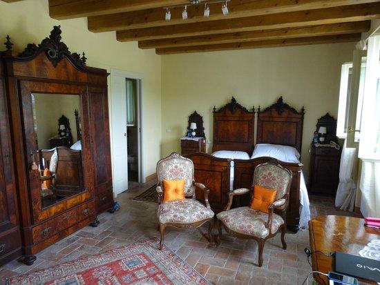 Agriturismo Delo Relais: Gorgeous room - Antique furniture