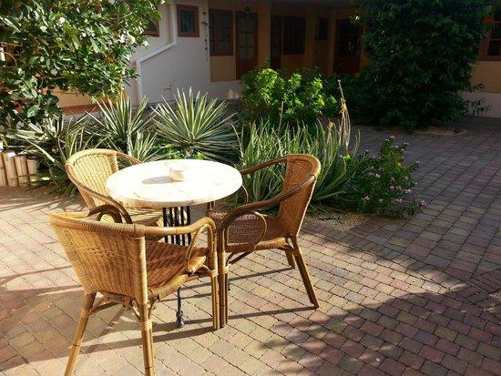 Camacuri Apartments Aruba: Seating area outside