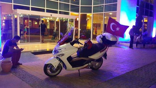 Bodrum Holiday Resort & Spa : otel girişi benim motorum