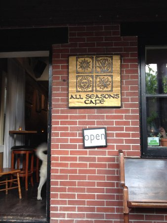 All Seasons Cafe: Entranceway - parking is sparse