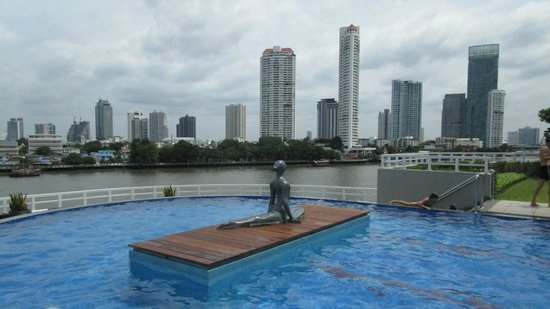 Chatrium Hotel Riverside Bangkok: Pool on 6th floor facing Chao Prao River