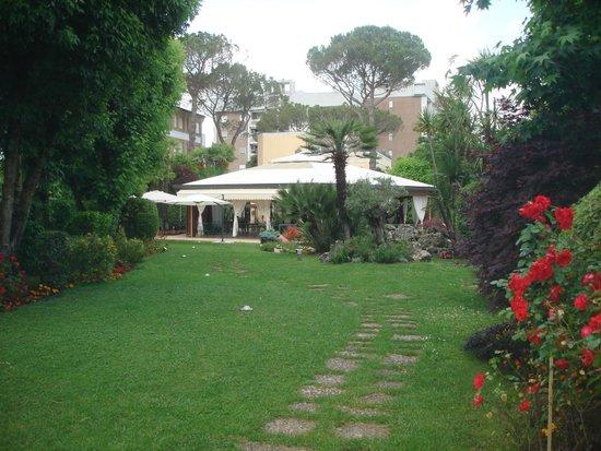 Hotel Villa Ida : Vista panoramica del parco esterno