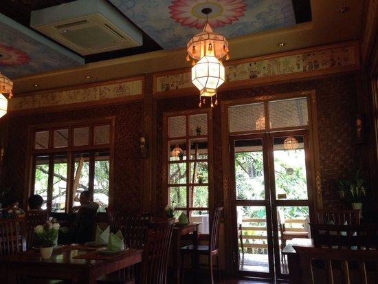 Whole Earth Restaurant : Inside the restaurant