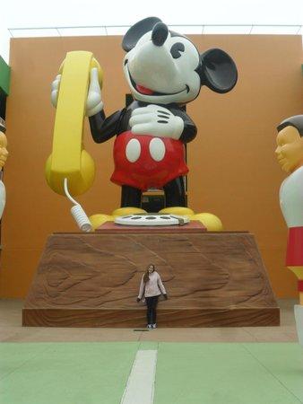 Disney's Pop Century Resort: Rodeado de grandes imágenes y muñecos