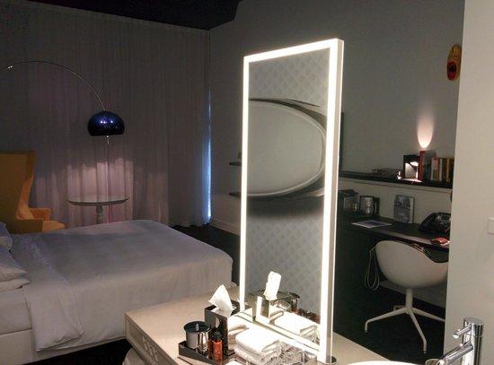 Andaz Amsterdam Prinsengracht: washroom adn bedroom